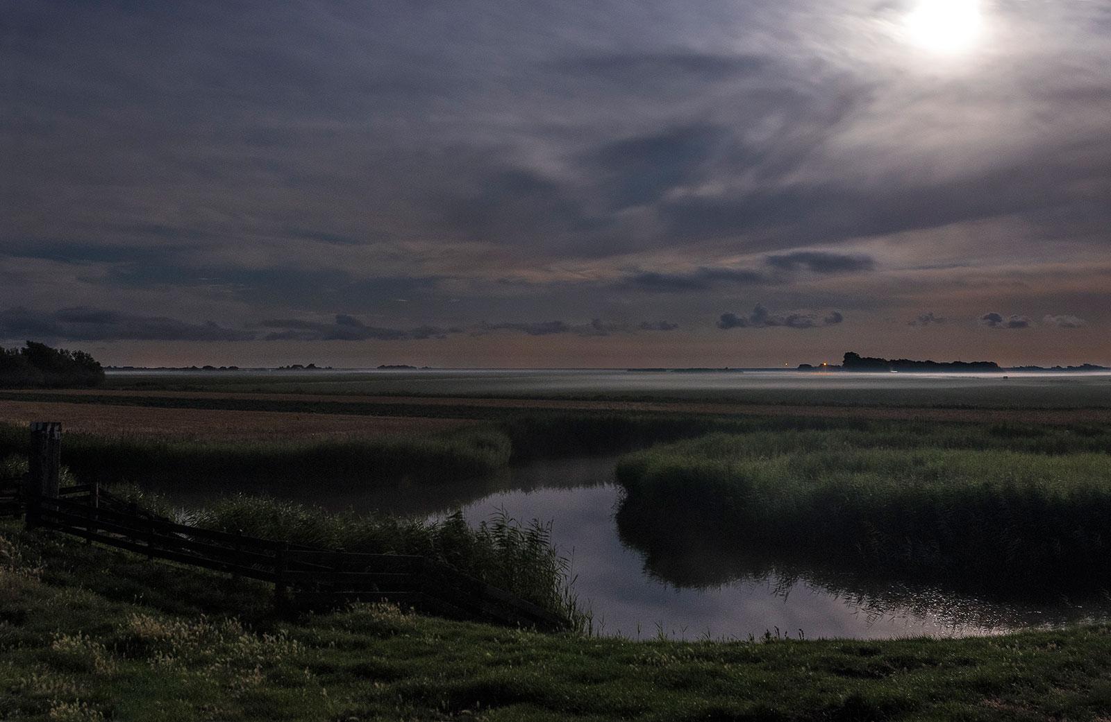 Dijkje nabij Alexanderhoeve in het volle maanlicht
